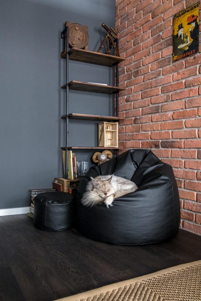 Wykończenie mieszkania w loftowym stylu - ściana z cegły i minimalistyczne meble.