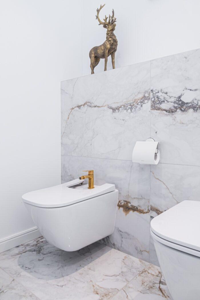 Dekoracja w łazience w stylu glamour.