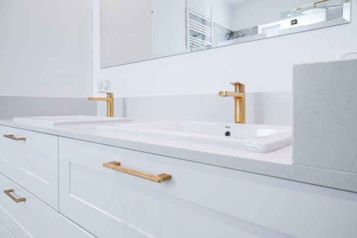 Meble łazienkowe w stylu glamour.