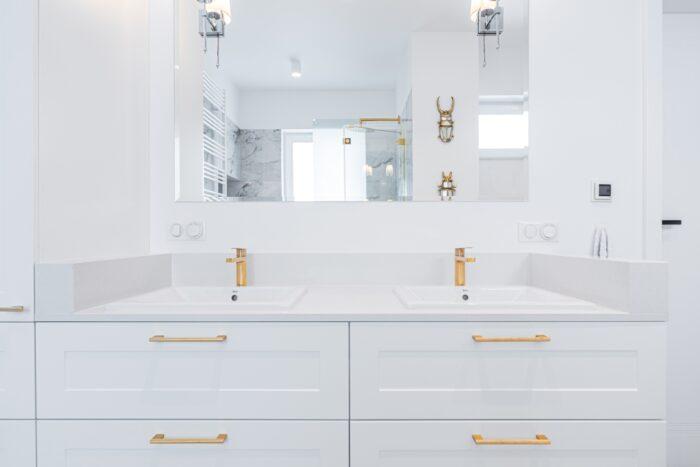Elegancka łazienka z dużymi lustrami.