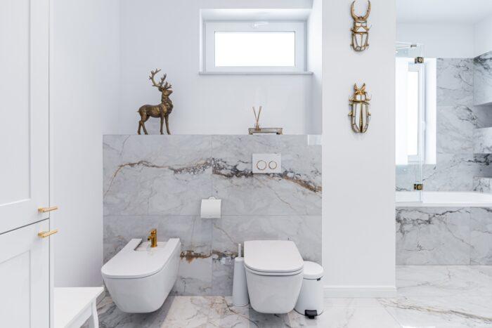 Styl glamour - biała łazienka ze złotymi dodatkami