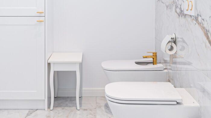 Klasyczny taboret w łazience w stylu glamour.